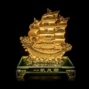 เรือหัวมังกรคู่ สีทอง ฐานแก้ว