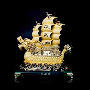 เรือหัวมังกรใหญ่ สีทอง ฐานแก้ว