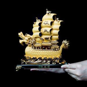 เรือหัวมังกรใหญ่ สีทอง ฐานแก้ว – FSP005