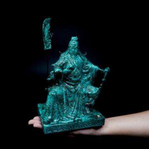 เทพเจ้ากวนอู เรซิ่นสีหิน นั่งอ่านตำรามีง้าวตั้ง – GGU002