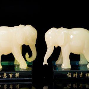 ช้างเรซิ่น ฐานแก้ว สีขาว 1คู่  ขนาด สูง10กว้าง10ลึก7ซม..ele002