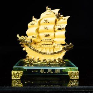 เรือหัวมังกรคู่ฐานแก้ว ขนาด สูง15ซม กว้าง12ซม ลึก8ซม.